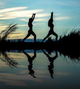 mujeres yoga playa